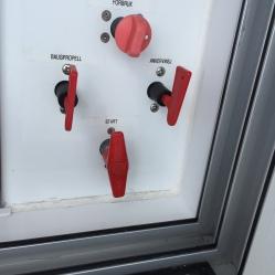 Brytere til de to forskjellige batteriene. Forbruk er nå lithium, de andre tre går på starbatteriet. Når motoren ikke går og man ikke er tilkoblet landstrøm, må startbatteriet kobles fra. Ellers kan forbruksbatteriet tømme det.