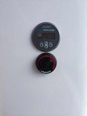 Display som viser strømforbruket på forbruksbatteriet. Den snakker også med mobil via bluetooth så jeg har all info om strømforbruk rett på mobilen.