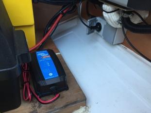 Lader til lithiumbatteriet og nye stikkontakter for bruk av landstrøm.