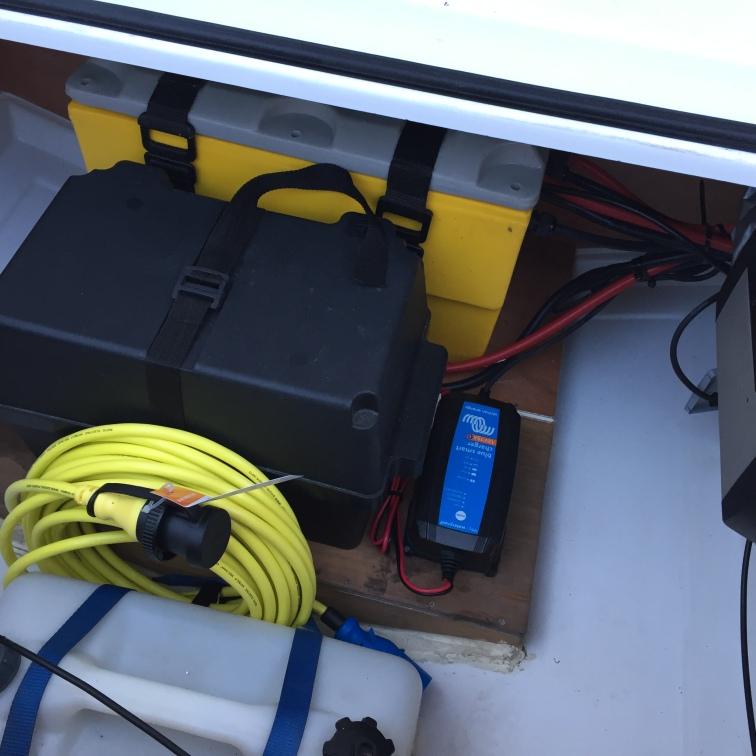 Landstrømkabel og nytt lithiumbatteri i den sorte boksen.